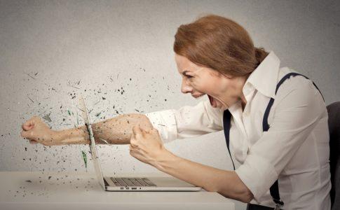 転職、Twitterアフィリエイトサイトをうざいとパソコンを殴る女性