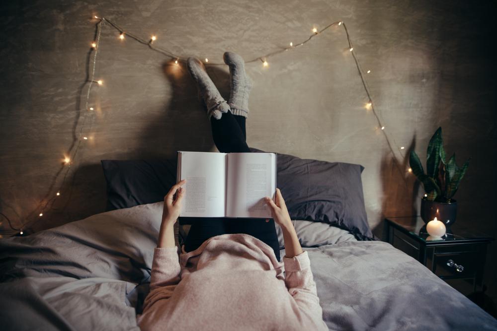 読書グッズ&アイテムで快適に読書する女性